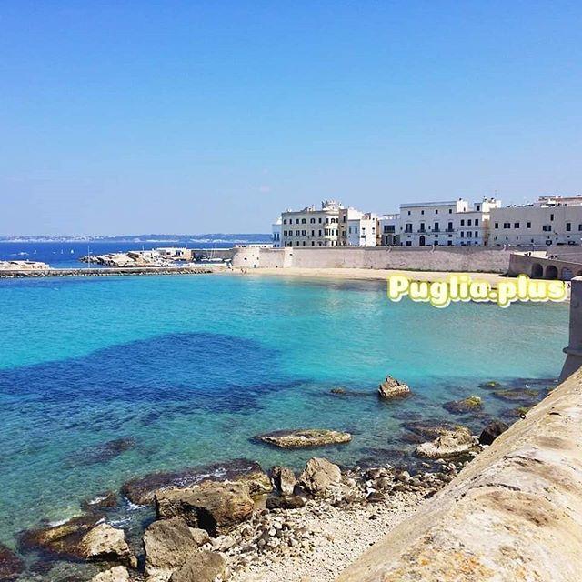 Die Altstadt von Gallipoli liegt auf einer Insel und sie hat einen eigenen Sandstrand: die Spiaggia della Purità. #gallipoli #salento #lecce #apulien #italien #altstadt #sandstrand #traumstrand #meergehtimmer #altstadtstrand #meernostalgie #seeweh #meerverliebt #italienliebe #meerliebe #strandliebe
