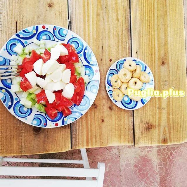 Und Nachmittags ein bisschen snacken: Tomaten, Caroselli und Nodini-Mozzarelle (geknoteter Mozzarella, hier aufgeschnitten) und Tarallini. Mhmmm. #italienliebe #apulien #italienischgeniessen #salento #caroselli