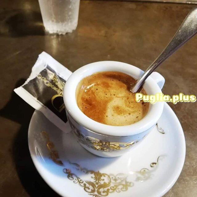 Ein schneller Espresso an der Bar geht immer. Oder doch lieber einen Macchiato? Cornetto, Pasticciotto oder Calzone dazu? #kaffeehauskultur #apulien #italienurlaub #kaffeegehtimmer #kaffeezeit #kaffeegenuss @ragnodorocaffe