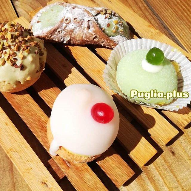 Ein Kaffe geht immer, in Apulien findet man in vielen Cafés neben den Pasticciotti und Cornetti auch so süße kleine Pattisserie-Teilchen für € 1,-. 😍 Mhmmm. #kaffezeit #pause #verwöhnzeit #apulienurlaub #süditalien #kaffepause #kaffeegehtimmer #Pistazie #pistazienliebe
