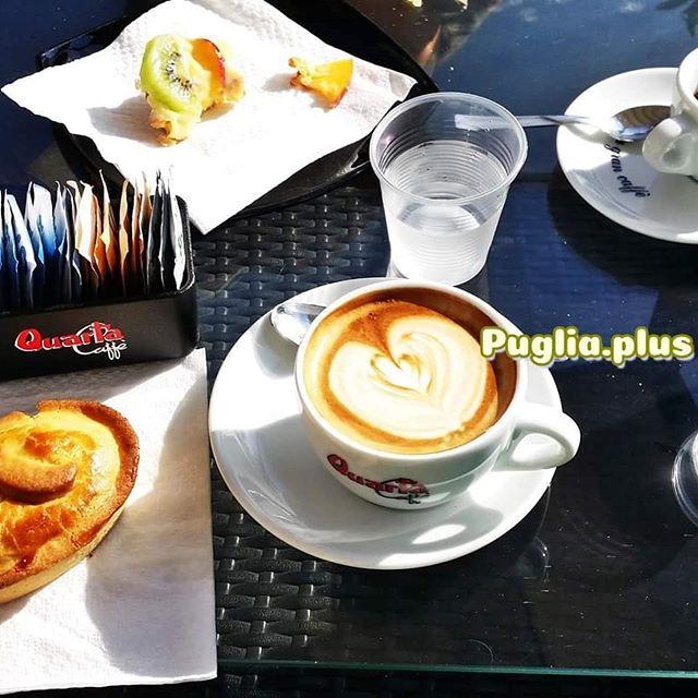 Pausenzeit. Und bei Euch so? #apuliengeniessen #auszeit #jause #pause #genuss #genusszeit #pasticciotto #espressogehtimmer #capuccino #kaffeezeit
