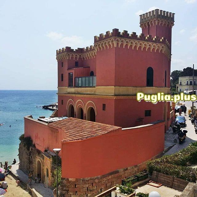 Was in Tricase Porto sofort ins Auge fällt ist die rot-gelbe Villa dell'Abate - daneben ist ein bezaubernden Strand.  In der vorletzten Jahrhundertwende, als in den meisten Teilen Europas der Jugendstil zelebriert wurde, erkannte die noble Schicht des Salentos, wie angenehm es ist den Sommer am Meer zu verbringen. Herrliche Villen entstanden im ganzen Salento, viele sind heute noch zu sehen, etliche davon in Leuca. Typisch für diese Bauphase ist, dass arabische Elemente eingebaut wurden und die Gebäude sehr farbenfroh sind, teils auch wunderbar bunt wie die Villa Stichi in Santa Cesarea Terme. Mehr darüber hier: https://www.puglia.plus/ausflugsziele-apulien/bezaubernde-straende-kleine-buchten-salento/ #salento #apulienreisen #architektur #sommervilla #hausammeer #italienurlaub