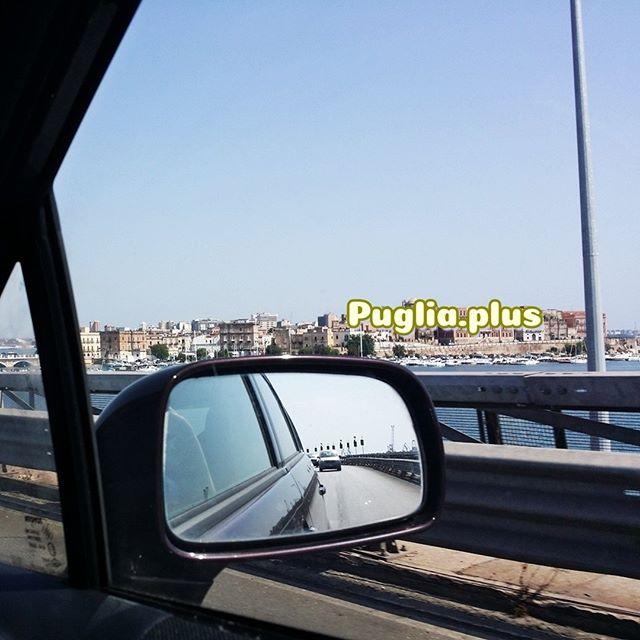 Im aktuellsten Artikel haben wir zusammengefasst wie das bei uns mit der Autofahrt nach Apulien mit Kindern klappt.  Was sind Eure Geheimtipps, damit die Anreise schon zum Urlaubsvergnügen für alle wird?  https://www.puglia.plus/reisetipps-apulien/auto-reisen-kinder-italien/  Im Bild: der Blick auf Taranto durchs Seitenfenster!  #urlaubsreise #autoreise #autofahrenmitkindern #familienurlaub #italienurlaub #autoreisenachitalien #autoreisemitkindern #imautomitkind #sindwirschonda #mamaichmussmal
