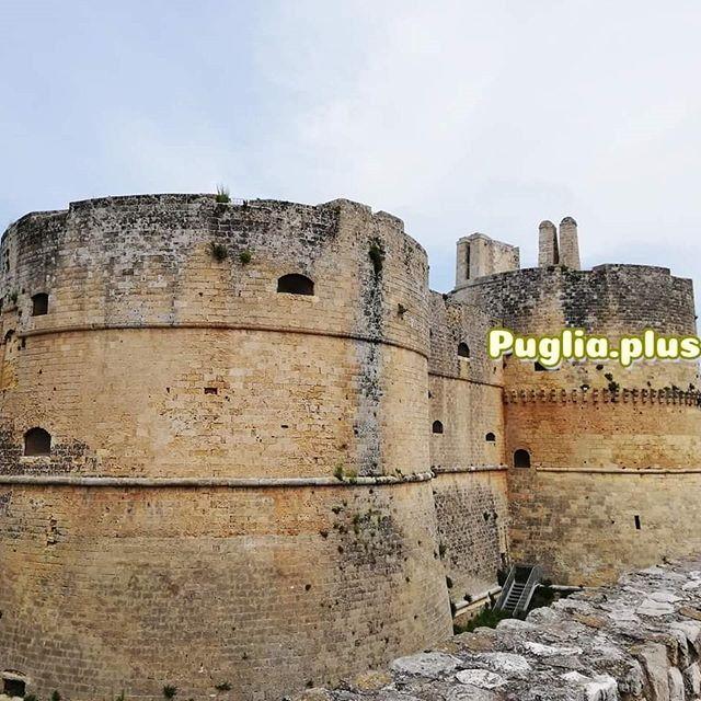 """Castello Aragonese Otranto - die Burg von Otranto - Baubeginn 1485 (auf Grundstrukturen früher Befestigungsmauern). Es gibt auch eine Roman namens """"The Castle of Otranto"""" - """"Das Schloss von Otranto"""" von Horace Walpole von 1764, ein literarischer Meilenstein als neue Gattung der """"Gothic Novel"""", bei uns Schauerliteratur genannt.  Hat aber mit dem Vorbild der Burg aus pietra di Cursi (Cursi-Gestein auch pietra leccese getan) nichts zu tun. Im Comic """"Die heiligen Partikel"""" spielt die Kathedrale Santa Annunziata von Otranto eine wichtige Rolle und das Hypogäum von Torre Pinta."""