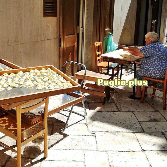 In der Altstadt von Bari gibt es eine Orecchiette-Straße, was es sonst noch zu sehen gibt, was man isst, wo man feiert und wo parkt: im neuen Beitrag über Bari auf www.puglia.plus #bari #städtereisen #baritpps #bariempfehlungen #städtetrip #apulienreisen #apulienurlaub #stradadelleorecchiette
