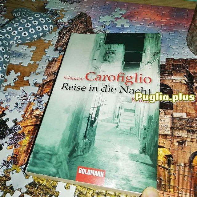 """Lunedì del libro Buchempfehlung  Gianrico Carofiglio: Reise in die Nacht  Das erste Werk von Gianrico Carofiglio startet in der Handlung 1999, als Hauptfigur ein Anwalt aus Bari, der 38 ist. Der Beginn der Geschichte: Scheidung, Panikattacke, Schlaflosigkeit, Heulkrämpfe. Wir begleiten Avvocato Guido Guerrieri durch eine Lebenskrise. Nutzt er die Krise als Chance? Ist er am Ende des Buches noch Anwalt? Die Werke von Carofiglio werden teils Roman und teils Kriminalroman genannt. So auch """"Reise in die Nacht"""", der 2002 als """"Testimone inconsapevole"""" veröffentlicht wurde, im deutschen 2006 erschien. Es ist wohl beides, es gibt ein Opfer, ohne grausige Details der Tat, es gibt einen Kriminalfall, in dem Fall einen Angeklagten, den Carofiglio vertritt. Es ist aber kein klassischer """"Whodunnit"""", also ein """"wer-ists-gewesen"""", wo wir nach und nach die Details bis zur Auflösung erhalten.  1999 ist das Jahr indem Carofiglio selbst 38 war, er war Antimafia-Staatsanwalt, später auch Politiker. Momentan widmet er sich ausschließlich dem Schreiben. Es gibt zwei Kriminalroman-Serien, neben dem Avvocato Guido Guerrieri noch den Maresciallo Pietro Fenoglio. Vom Anwalt gibt es 5 Romane, die ins Deutsche übersetzt wurden, der 6. ist letztes Jahr auf italienisch erschient, vom Polizisten 2 Romane, auch hier gibt es aus 2019 noch einen, den es bisher nur auf italienisch gibt.  @gianricocarofiglio  Die Krimi-Serien in chronologischer Reihenfolge findet man hier: https://www.puglia.plus/reisetipps-apulien/romane-die-in-apulien-spielen/  #lunedidellibro #krimi #gianricocarofiglio #guidoguerrieri #reiseindienacht #testimoneinconsapevole #romanausbari #anwaltsgeschichte #apulienkrimi #apulienroman #apulienbücher #büchermontag #apulienbuch #italienischerroman #buchtipp #bookstagram #buchempfehlung #krimiempfehlung #bücher #bücherwurm #bücherliebe #ichliebebücher #lesenmachtglücklich #lesenisttoll #apulienurlaub #reisenimkopf #buchmontag #buchtipp #italienerlesen"""