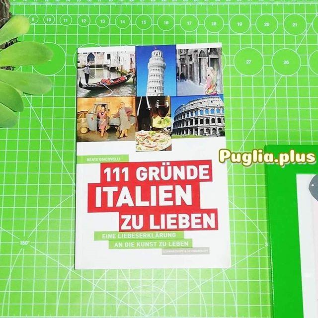 Lunedì del libro Buchempfehlung  Beate Giacovelli: 111 Gründe Italien zu lieben. Eine Liebeserklärung an die Kunst zu leben.  Dieses Buch über Italien hat einen Süditalien-Schwerpunkt und Apulien kommt ganz oft vor. Beate Giacovelli lebt zwar in Norditalien, aber - und jetzt wissen die meisten was kommt: sie hat einen Apulier geheiratet, dessen Familie noch großteils in Apulien lebt. Wir erfahren also Dinge, wie dass viele Familien in Apulien zwei Küchen haben, wer Padre Pio ist und näher uns dem Grund an, warum San Giovanni Rotondo die zweitgrößte Pilgerstätte in Italien ist. Neben sehr viel Apulieneinblicken, lernen wir bei der Lektüre auch viel über Italien allgemein, wie z.B. die Speisenabfolge, die Wichtigkeit der Mamma, Weihnachten in Italien und Ferragosto.  Mehr über das Buch selbst und andere Bücher zum Leben in Italien: https://www.puglia.plus/reisetipps-apulien/buecher-leben-in-italien-auswandern/  #lunedidellibro #italienischekultur #beategiacovelli #italienliebe #111gründeitalienzulieben #apulienbücher #büchermontag #apulienbuch #buchtipp #bookstagram #buchempfehlung #bücher #bücherwurm #bücherliebe #ichliebebücher #lesenmachtglücklich #lesenisttoll #apulienurlaub #reisenimkopf #buchmontag #buchtipp #italienerlesen