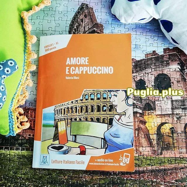 Lunedì del libro Buchempfehlung  Valeria Blasi: Amore e Capuccino.  Karen reist nach Rom, sieht sich wichtige römischen Sehenswürdigkeiten an, plaudert mit Römern und lernt einen ganz besonderen kennen und er hat auch noch einen gelben Fiat Cinquecento. Auf 14 Kapiteln entspannt sich diese nette Reise nach Rom. Auf jeder Seite werden Begriffe erklärt und im letzten Teil gibt es noch Übungen um zu überprüfen, ob man alles gut verstanden hat. Ein weiteres Plus: online kann man sich die einzelnen Kapitel vorlesen lassen und kann so noch Verständnis und Aussprache üben.  Livello1 - A1 bedeutet, dass es für Italienisch-Anfänger und Anfängerinnen gedacht ist, die schon ein wenig Grundwortschatz haben. Es gibt viele Dialoge, also viel praktisches Italienisch und wenig komplizierte Satzkonstrukte. Nette Büchlein, die einen gut beim Italienischlernen begleiten. Neben einer großen Auswahl an Livello1-Kurzgeschichten, wird auch noch Lektüre für höhere Niveaus angeboten. Insgesamt umfasst die Auswahl 5 verschiedene Schwierigkeitsgrade - alle Kurzgeschichten spielen in Italien, ob in den Dolomiten oder Neapel. Man lernt italienisch und mehr über Land und Leute kennen, Mini-Sprachreisen für daheim.  Mehr italienische Lektüre zum Wortschatz verbessern: https://www.puglia.plus/reisetipps-apulien/italienisch-lernen-wortschatz-erweitern-beim-lesen/  #lunedidellibro #italienbücher #valeriablasi #amoreecapuccino #italienischlernen #lebeninitalien #italienischsprachreise #sprachreiseitalien #büchermontag  #reiseführerrom #buchtipp #bookstagram #buchempfehlung #bücher #bücherwurm #bücherliebe #lesestoff #ichliebebücher #lesenmachtglücklich #lesenisttoll #reisenimkopf #urlaubsplanung #italienempfehlung #romreise