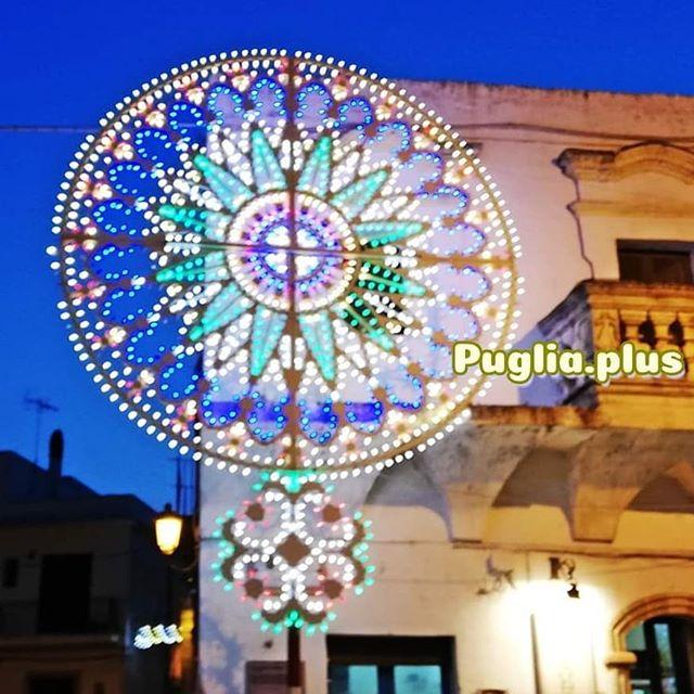 Bei apulischen Dorffeiern und Stadtfesten gibt es tolle Musik, jede Menge Köstlichkeiten zu essen, feinen Wein oder auch Bier und Limo und herrliche Beleuchtung. Diese Lichtinstallationen heißen Luminarie. Auf unserer Website erfährt man mehr über ihre Herkunft, Legenden, Entwicklungen und das größte Luminarie-Fest in Italien. #luminarie #luminaria #festbeleuchtung #italienischefeste #festdeko #festdekoration #beleuchtung #straßenbeleuchtung #lichterfest #scorrano