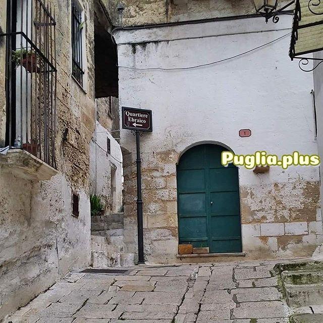 Das Quartiere Ebraico von Oria liegt im Westen der Altstadt. Man betritt es über die Porta degli Ebri oder direkt von der Altstadt, etliche Hinweisschilder weisen den Weg. Auch wenn außer den Häusern wenig an jüdischer Kultur verblieben ist, es ist ein schmuckes Viertel mit noch engeren Gassen als die sonstige Altstadt von Oria hat. Es sind Gässlein die sich durch Torbögen vorbei an alles anderem als geraden Häuserfronten winden, Stufen hinauf und hinunter führen. Ein bezauberndes Labyrinth. #oria #sehenswürdigkeiten #apulien #apuliensehenswürdigkeiten #salento #altosalento #hochsalent #italienreise #amazingplaces #wanderlust
