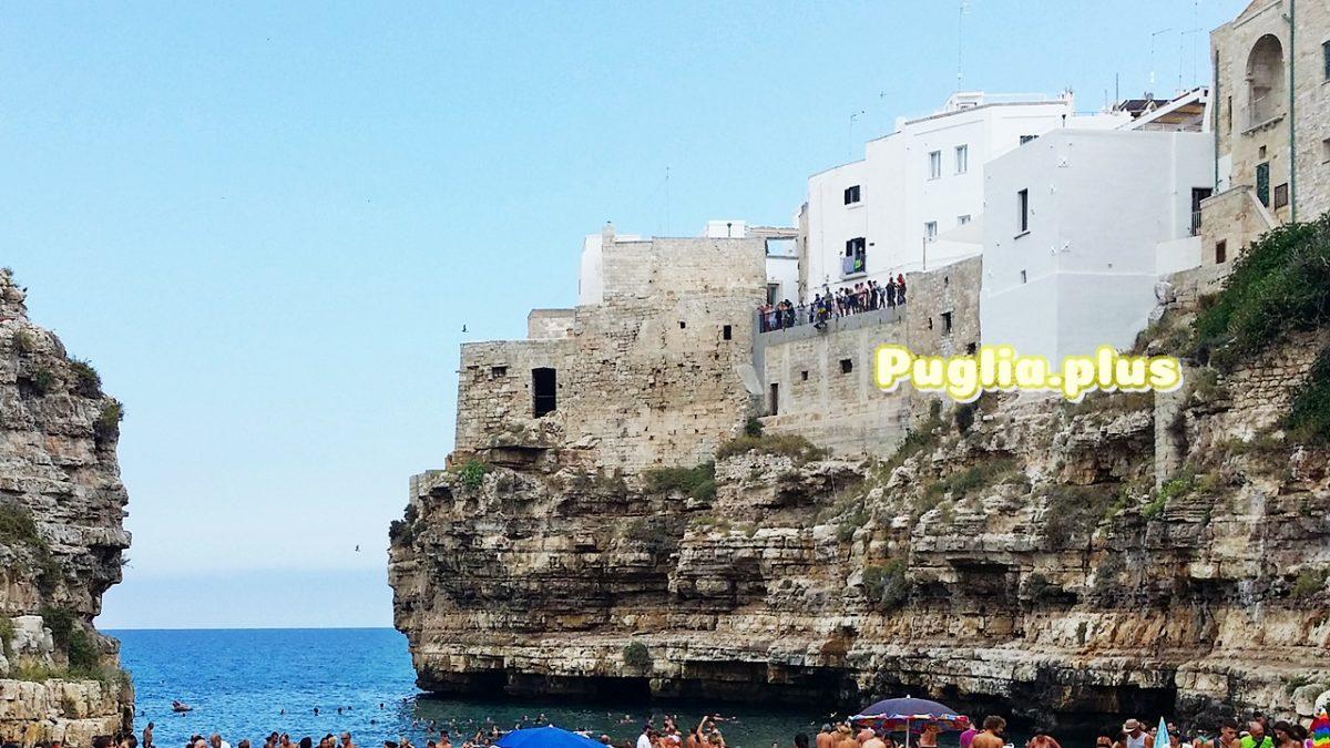 Die Altstadt von Polignano a Mare – enge Gassen, Steilküste, entzückender Stadtstrand