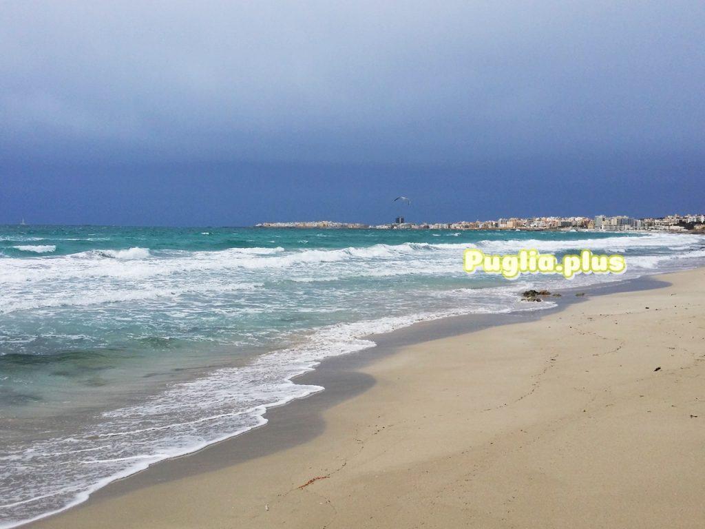 Vom Strand bei Baia Verde Gallipoli sehen