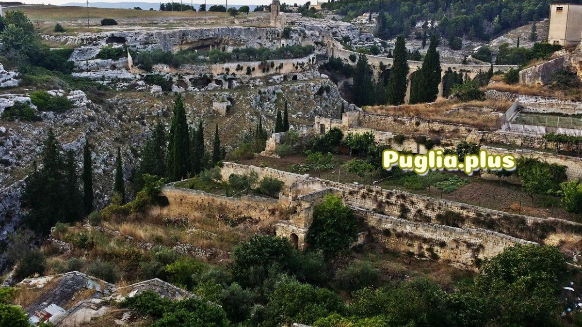 Die Altstadt von Gravina in Puglia: Aquädukt und Felsenkirchen